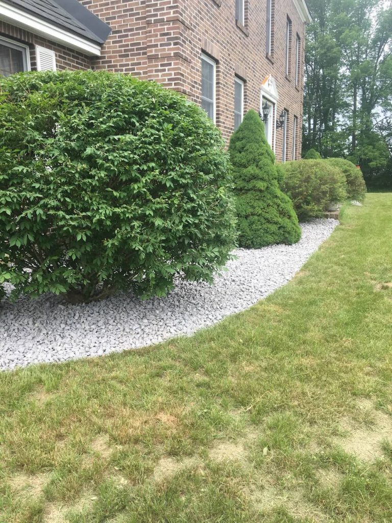 Hedge, crushed stone, yard view